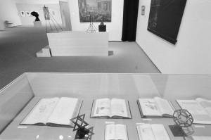 """Vitrine de documentation """"les géométries à n dimensions"""". Vue de l'exposition """"L'Oeuvre de Marcel Duchamp"""", 2 Février - 2 mai 1977, Bibliothèque Kandinsky / MNAM-CCI. Photographie : Jacques Faujour. Droits : ADAGP"""