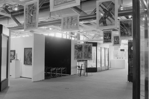 Paris-Moscou, 1979. Archives MNAM, photographie Jacques Faujour. Vue de l'allée centrale avec affiches suspendues au plafond.