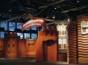 """Vue de l'exposition """"Architectures de terre : ou l'avenir d'une tradition millénaire"""" au Centre Pompidou, du 28 octobre 1981 au 1er février 1982. Bibliothèque Kandinsky / MNAM-CCI."""