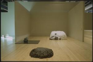 """Vue de la salle """"Mona Ha"""" de l'exposition """"Japon des avant-gardes 1910-1970"""" - Bibliothèque Kandinsky / MNAM-CCI, Centre Pompidou."""