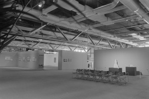 Vue générale de la Grande galerie : entrée de l'exposition de 1978 au Mnam : les architectones Gota 2a et Alpha sont présentés sur des socles ; Kazimir Malevitch, exposition grande galerie du 14 mars au 15 mai 1978, M5050_X0031_MUS_19780801_017_P.JPG, Edition ; Paris : ©Photothèque du MNAM-CCI, 1978